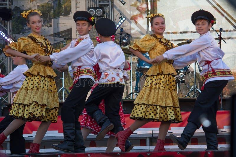 Donetsk Ukraina - Augusti 27, 2017 - barn i ryska folk dräkter utför en dans royaltyfria bilder