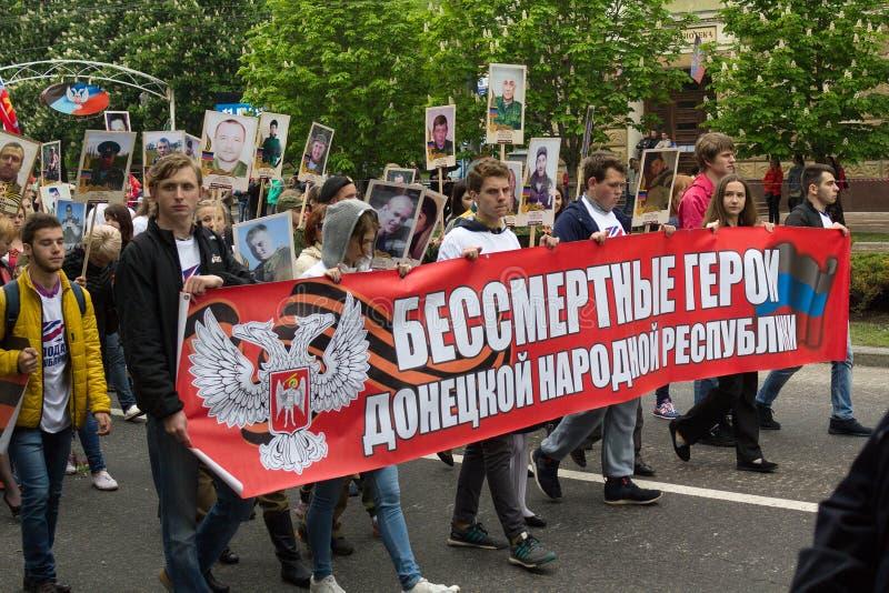 Donetsk Ukraina, Maj, - 09, 2017: Mieszkanowie miasto na procesach zdjęcia stock