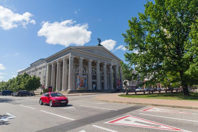 Donetsk Ukraina - Maj 17, 2017: Sikt på musik- och dramateatern royaltyfria foton