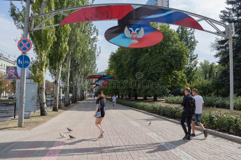 Donetsk Ukraina - September 02, 2018: Folk på den Lenin gatan - den huvudsakliga gatan av Donetsk arkivbild