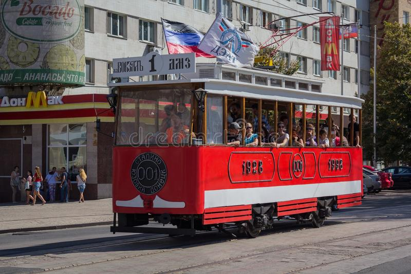Donetsk, Ukraine - 26 août 2018 : Citadins montant un rétro tram photos stock