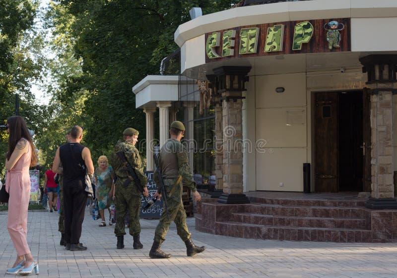 Donetsk, Ukraine - 26 août 2018 : Soldats de la milice du ` s de personnes République de Donetsk et de personnes de ` s au café a photos libres de droits