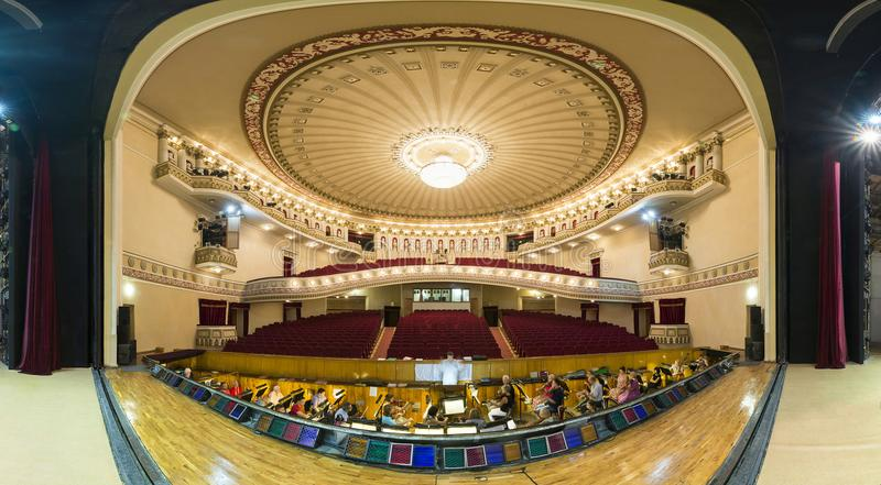 DONETSK, UKRAINE 25. August 2017 Panorama des drastischen Theaters der Oper und des Balletts lizenzfreies stockbild