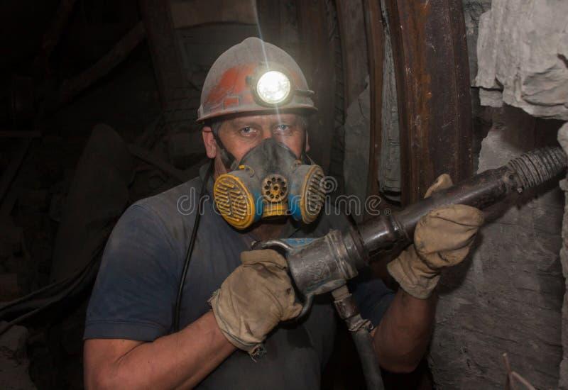 Donetsk, Ukraine - mars, 14, 2014 : Mineur travaillant sous terre dans la mine photo libre de droits