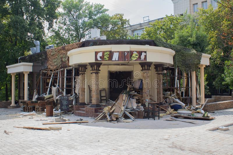 Donetsk, Ukraine - 2. September 2018: Zerstörtes Café Separ - das Sterbeort Alexander Zakharchenko stockfotos