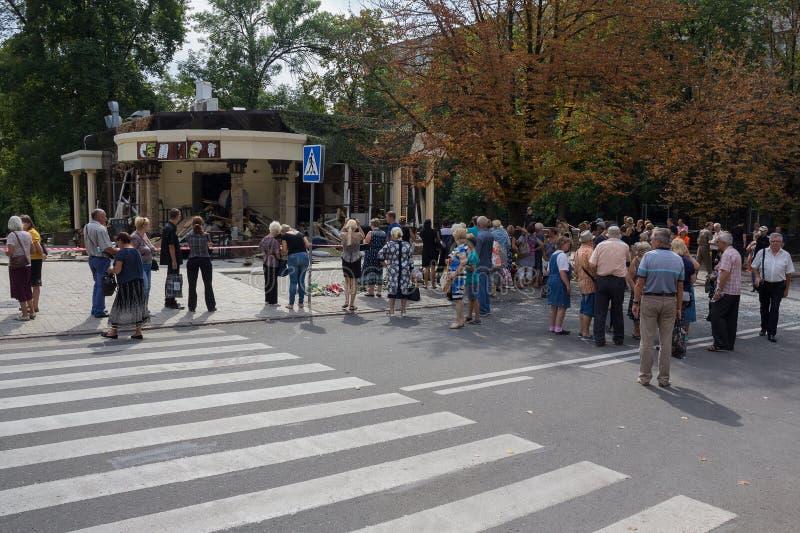 Donetsk, Ukraine - 2 septembre 2018 : Citoyens au café détruit Separ - endroits de la mort du chef Alexander Zakharchenko image libre de droits