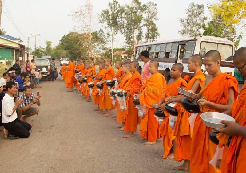 DONG CHAROEN, PHICHIT, THAILAND - APRIL 9, 2017: Rij van Buddhis royalty-vrije stock foto