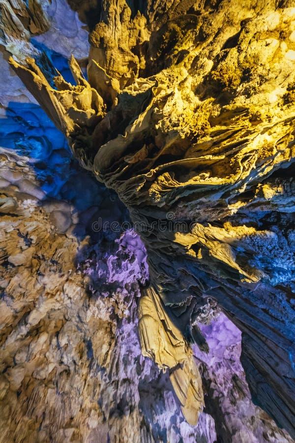 Dong Thien Cung Cave interior que adornó con las luces amarillas y azules artificiales en la bahía larga de la ha Quang Ninh, Vie foto de archivo