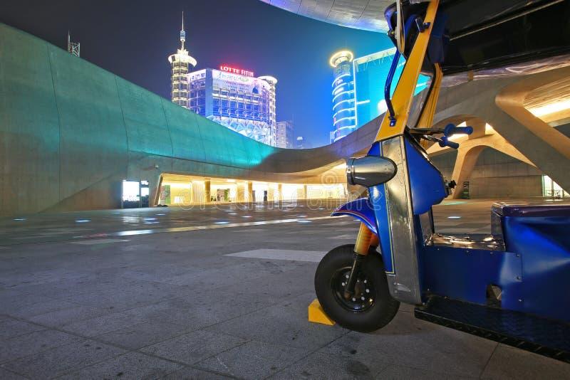 Dongdaemun设计广场在晚上,与泰国tuk tuk在汉城,韩国 库存图片