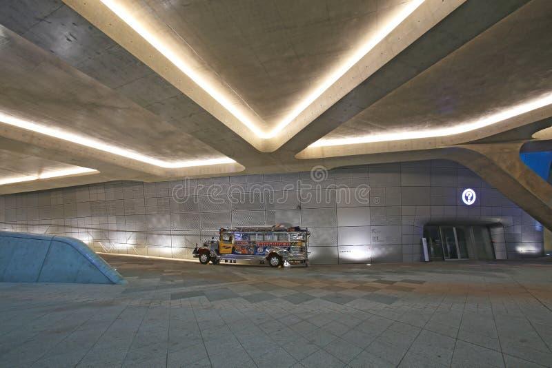 Dongdaemun设计广场在晚上,与菲律宾公共汽车 库存照片
