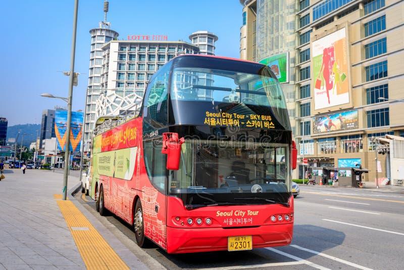 Dongdaemun område med den Seoul sightbussen på Juni 18, 2017 I royaltyfria foton