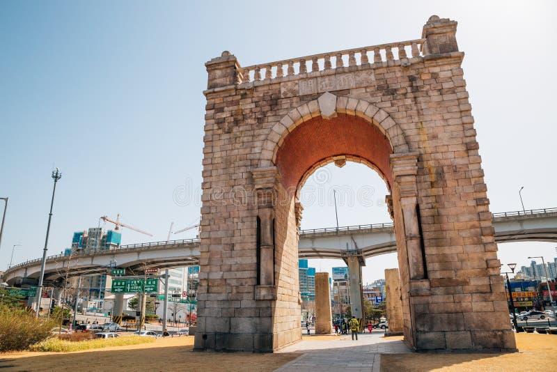 Dongnimmun, portone di indipendenza nel parco di indipendenza di Seodaemun, Seoul, Corea fotografia stock libera da diritti