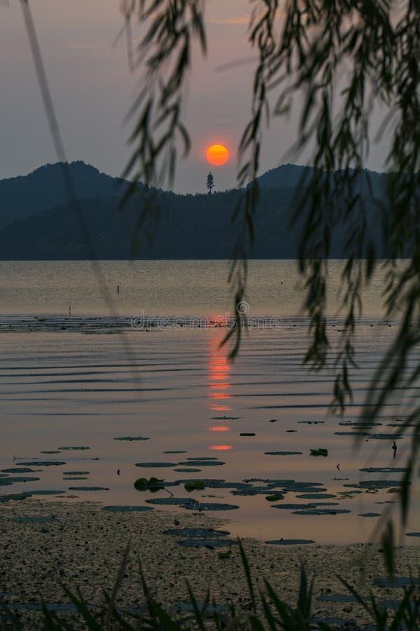 Dongqianmeer in de zonsondergang stock fotografie