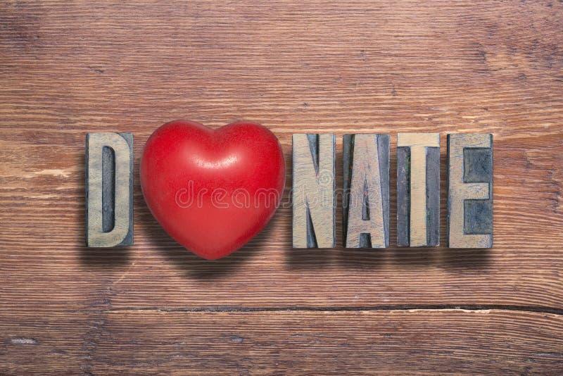 Doni il cuore di legno immagine stock