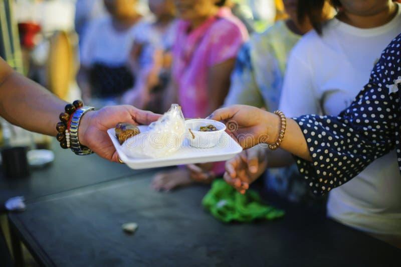 Doni l'alimento con amore e speranza al povero: Il concetto di alimento è essenziale a vita: il concetto di speranza: Nutrendo a  fotografia stock