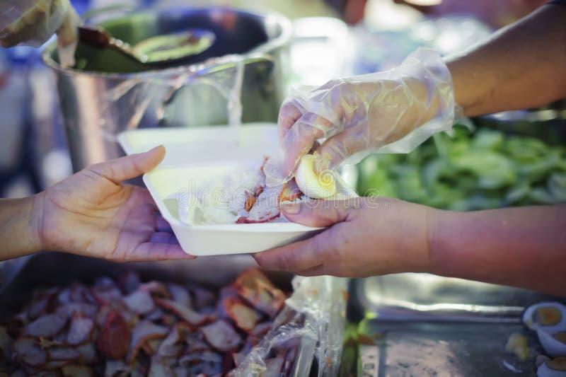Doni l'alimento con amore e speranza al povero: Il concetto di alimento è essenziale a vita: il concetto di speranza: Nutrendo a  immagini stock