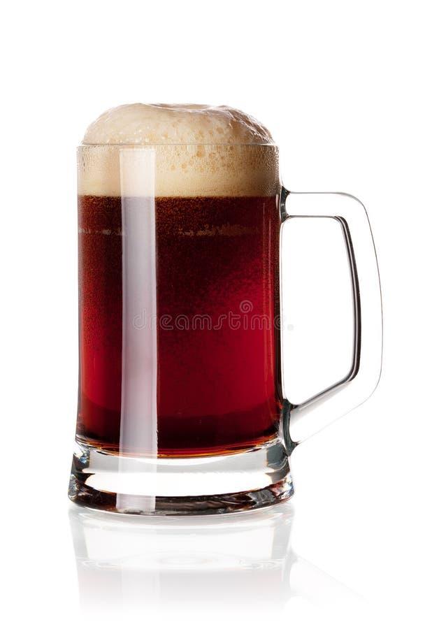 Donker bier met hoofd in glas stock afbeeldingen