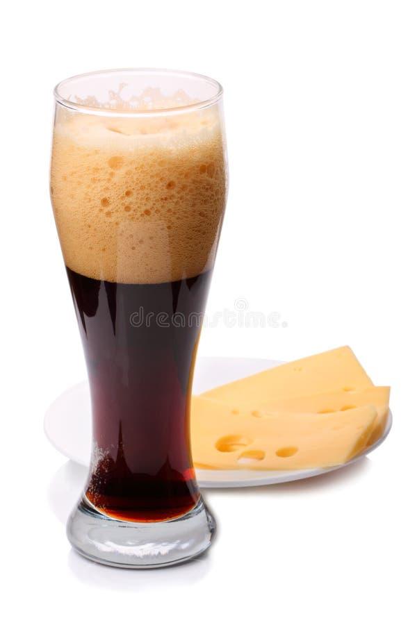 Donker bier met kaas stock foto's