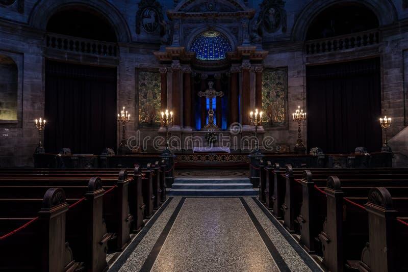 Donker binnenland van een kerk stock foto's