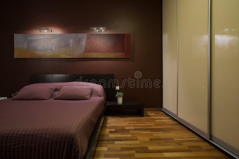 Donker comfortabel slaapkamerbinnenland stock fotografie