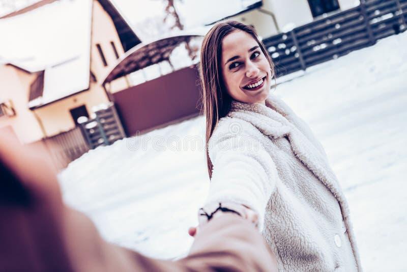 Donker-eyed meisje die de haar mens nemen uit huis voor het genieten van de van winter stock afbeelding