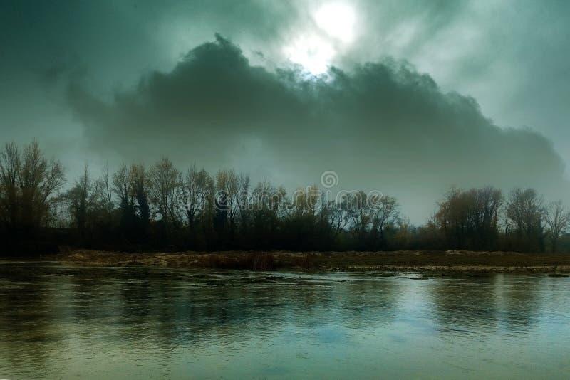 Donker griezelig rivierlandschap royalty-vrije stock foto