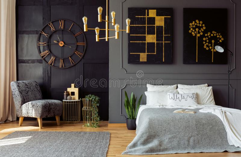 Donker grijs slaapkamerbinnenland met het vormen en painti stock afbeelding