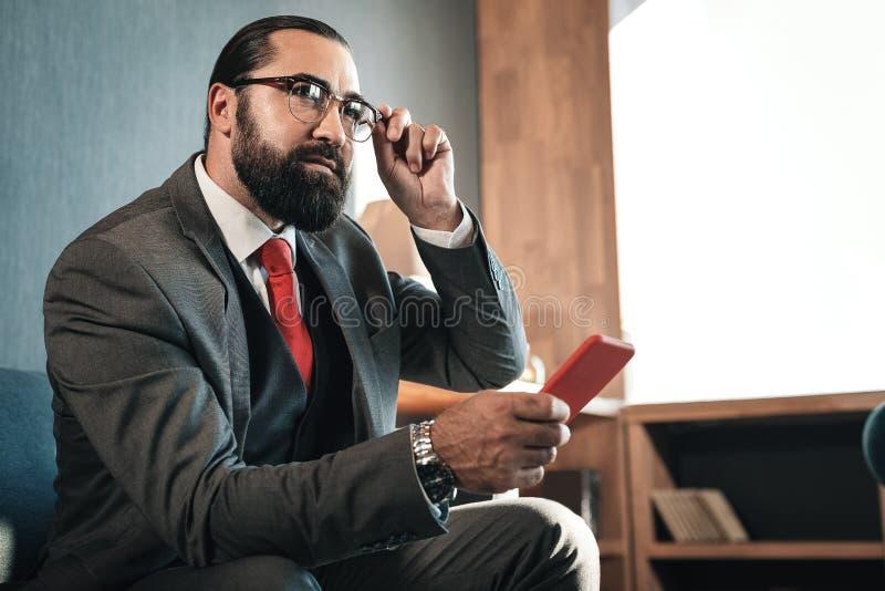 Donker-haired die zakenmangevoel vóór onderhandeling met investeerder wordt opgewekt royalty-vrije stock foto's