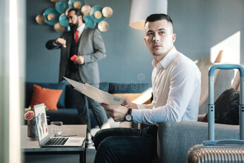 Donker-haired zakenman die een belangrijke zakenreis hebben royalty-vrije stock fotografie