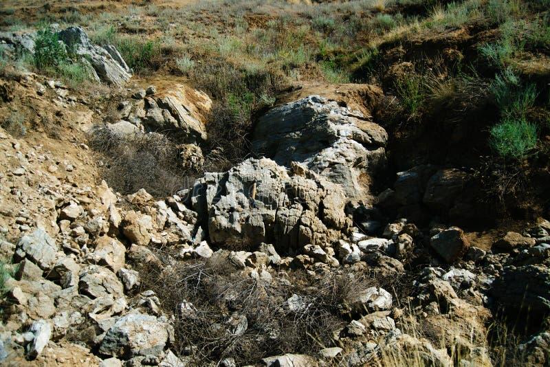 Donker hol met een heldere daglichtvlek van uitgang Het natuurlijke hol openen Ingang aan het karst hol in een berg stock afbeelding