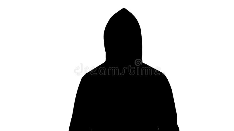 Donker mannelijk silhouet in kap die camera onderzoeken, die voorbereidingen treffen aan te vallen, hooligan royalty-vrije stock afbeeldingen