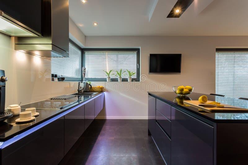 Donker meubilair in keuken stock afbeeldingen