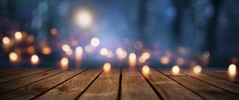 Donker mystiek bos met rustieke houten vloer stock foto