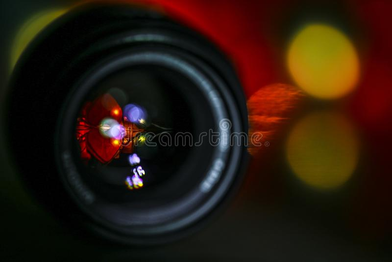 Donker onduidelijk beeld als achtergrond bokeh van feestelijk kleurrijk licht in vlekken van cirkels met cameralens royalty-vrije stock afbeeldingen