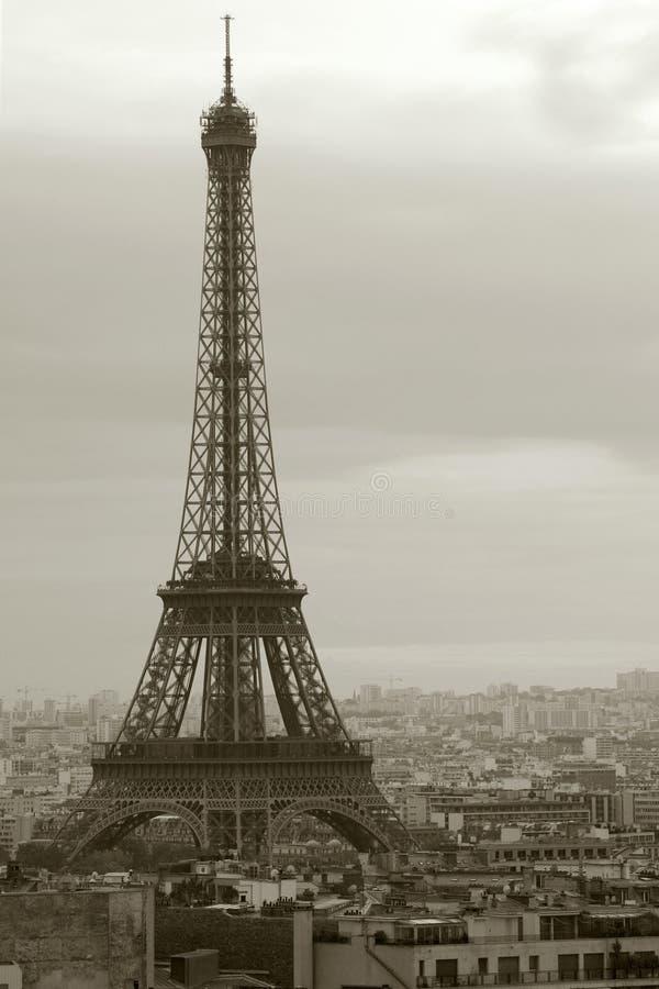 Donker Parijs en de Toren van Eiffel royalty-vrije stock afbeelding