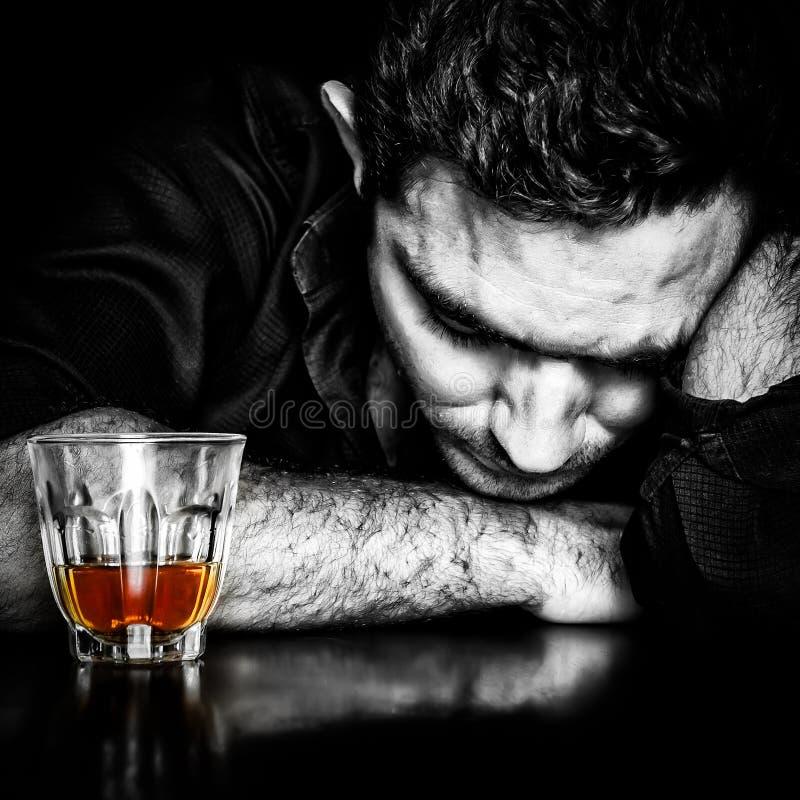 Donker portret van een dronken mens stock foto