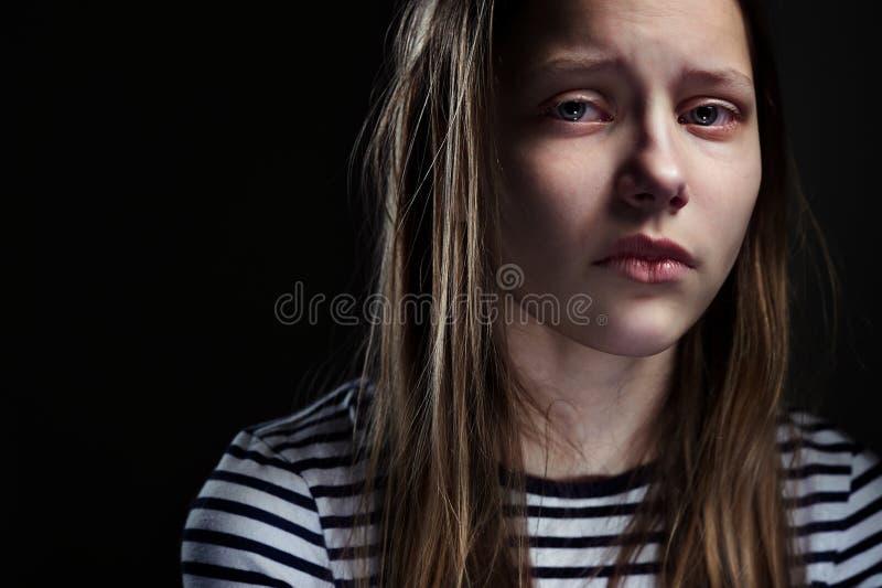 Donker portret van een gedeprimeerd tienermeisje royalty-vrije stock afbeeldingen