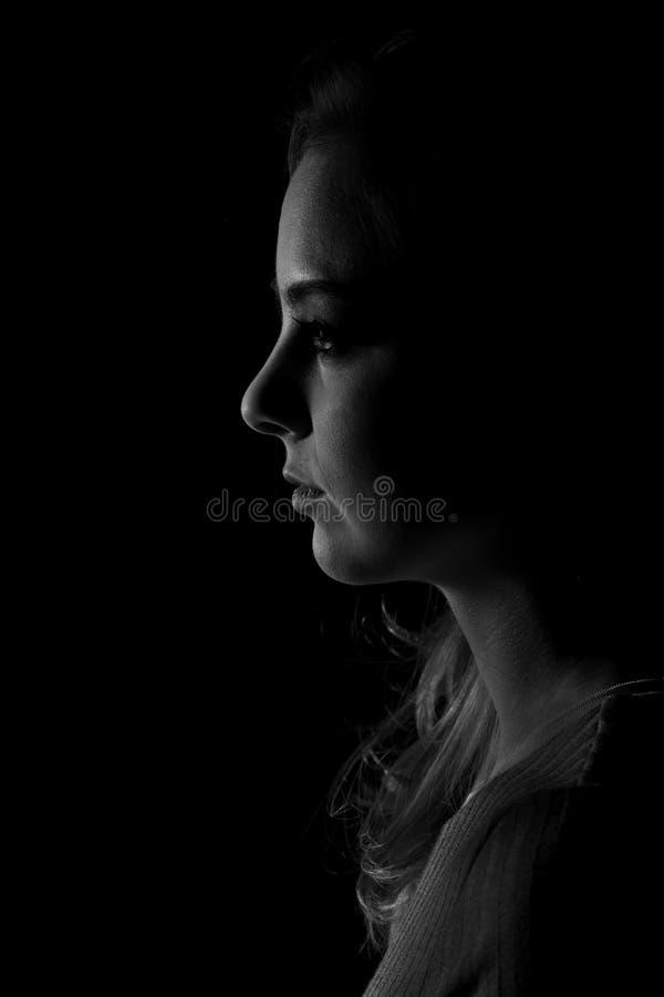 Donker portret van een mooie jonge vrouw in zwart-wit stock afbeeldingen