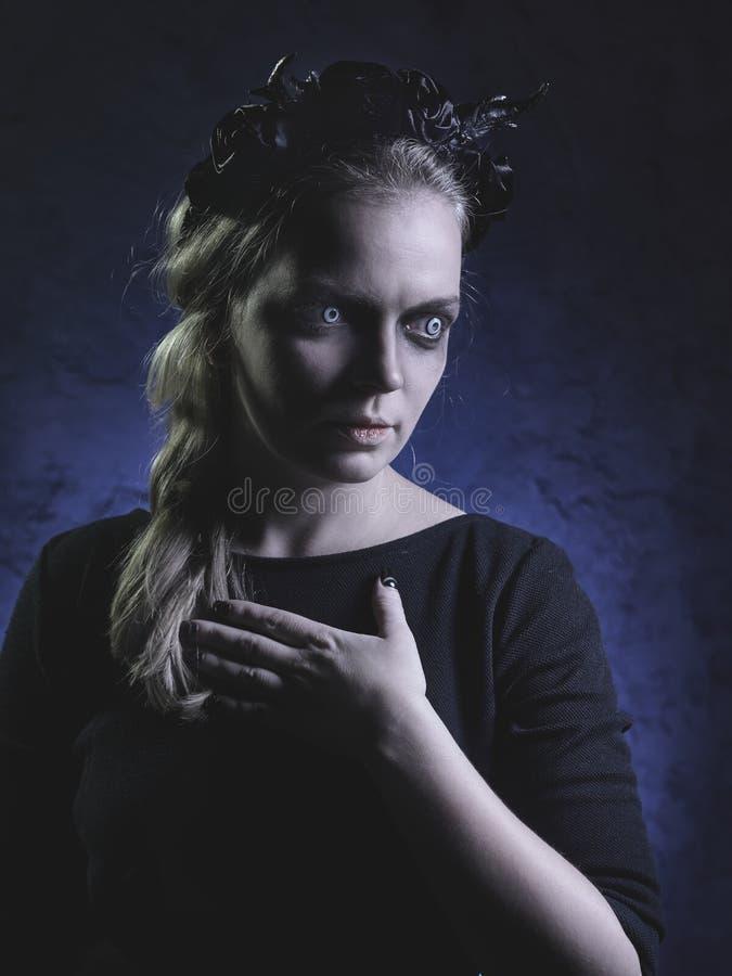 Donker portret van kwade heks in rook stock afbeelding
