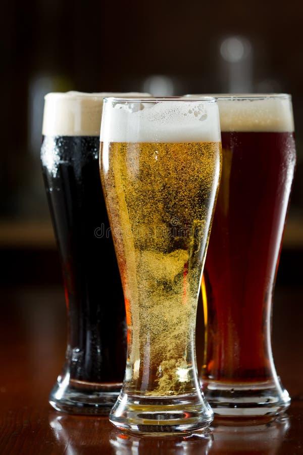 Donker, rood en licht bier stock foto's