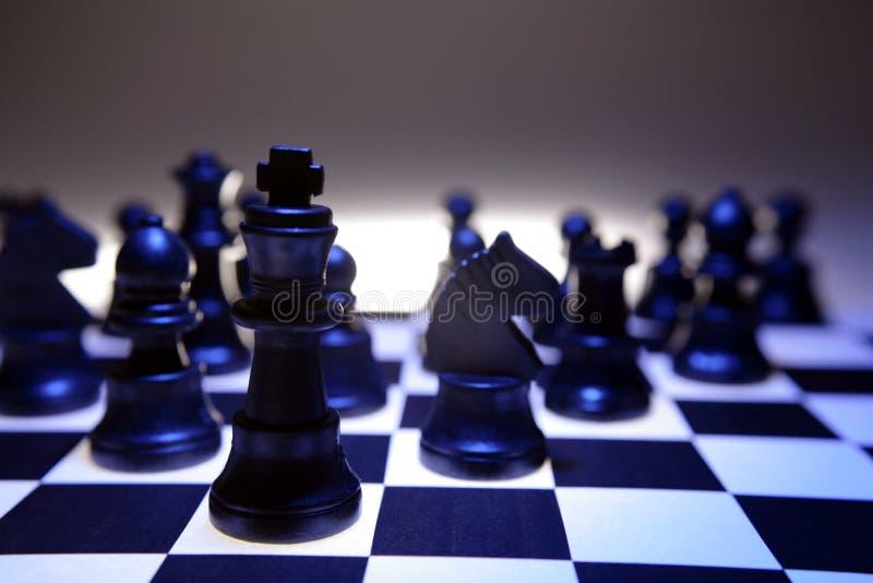Donker schaakbord en stukken stock foto's