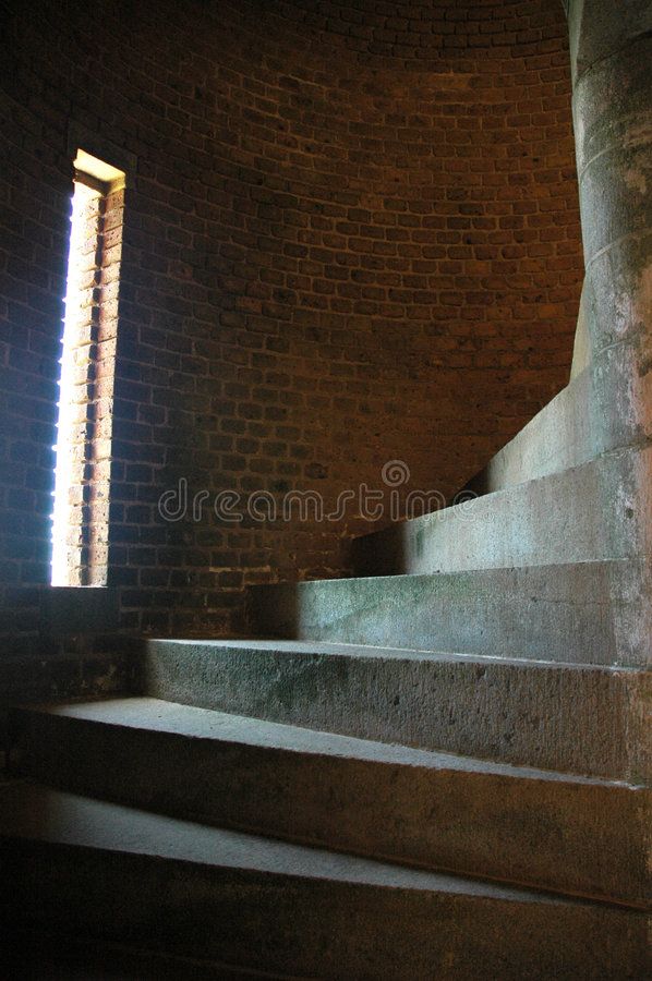 Donker spiraalvormig trappenhuis stock foto