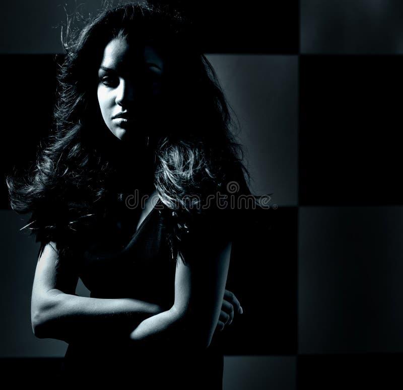 Donker themaportret van een jonge vrouw royalty-vrije stock afbeeldingen