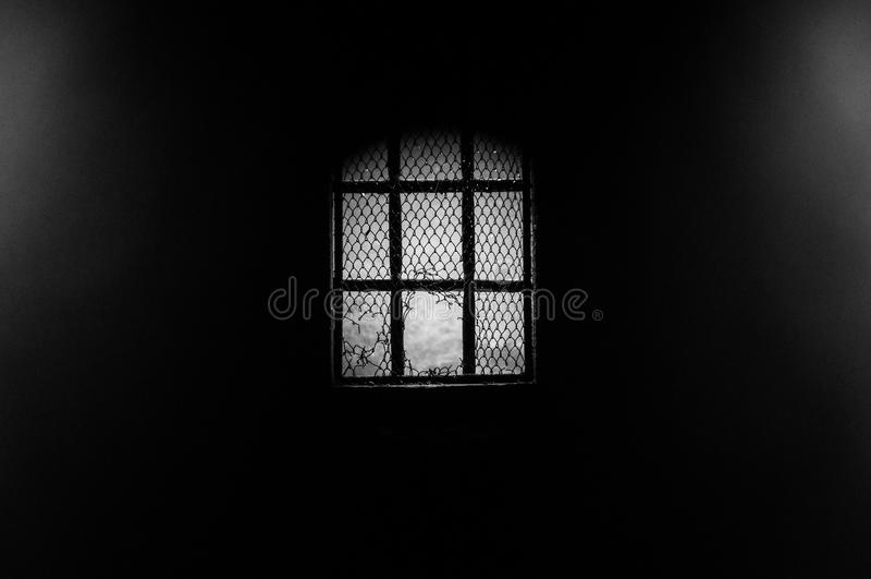 Donker venster door een speldeprik stock foto's