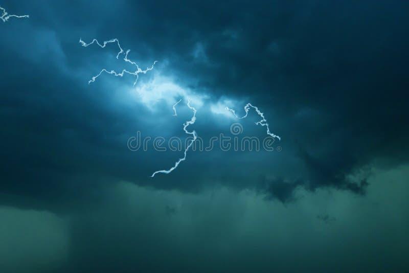 Donker wolkenonweer met donder stock foto's