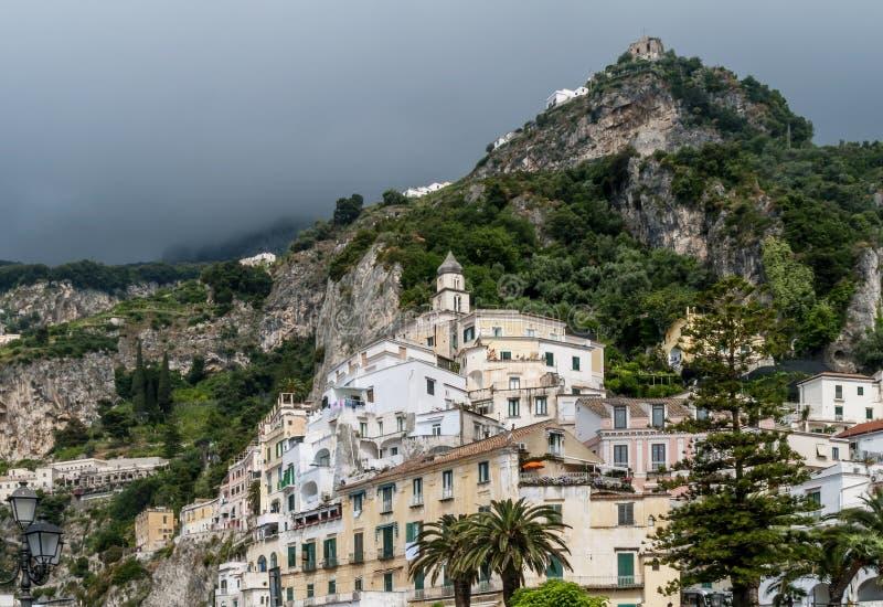 Donker wolkenweefgetouw over de stad van Amalfi, Salerno, Campania, Italië stock foto