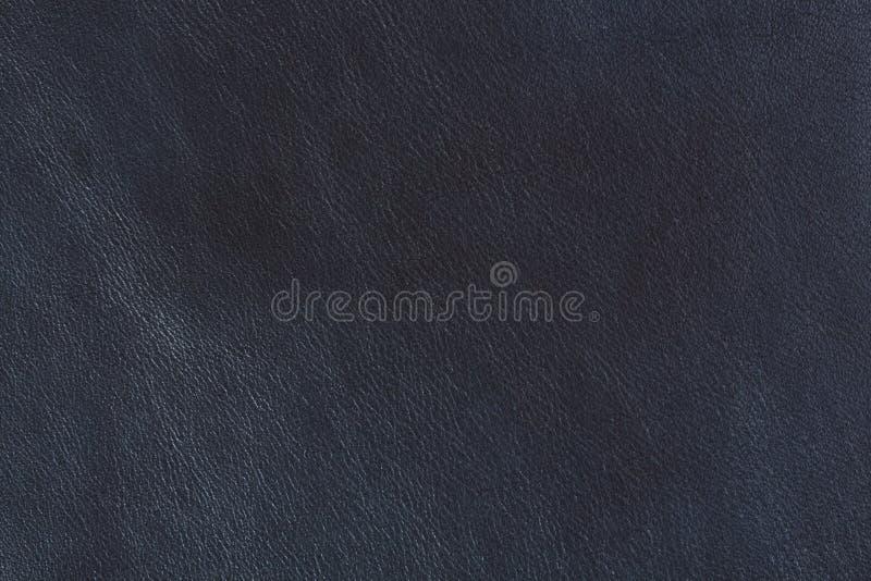 Donkerblauw leer, abstracte achtergrond Blauwe leertextuur op macro stock afbeelding