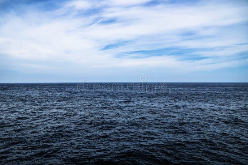 Donkerblauw oceaanwater met zonnige, bewolkte hemel in open water in Zuid-Korea stock foto