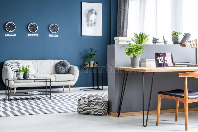 Donkerblauw woonkamerbinnenland met drie klokken, eenvoudige affiche, royalty-vrije stock fotografie