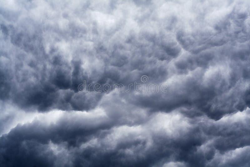 Donkerblauwe en grijze dramatische wolken stock afbeelding